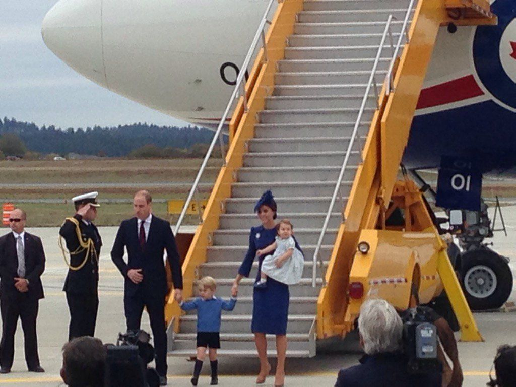 """Roya Nikkhah on Twitter: """"Here they are! Kate in Jenny Packham dress, Lock & Co hat and Queen's maple leaf diamond brooch #RoyalVisitCanada https://t.co/271eaus8kO"""""""
