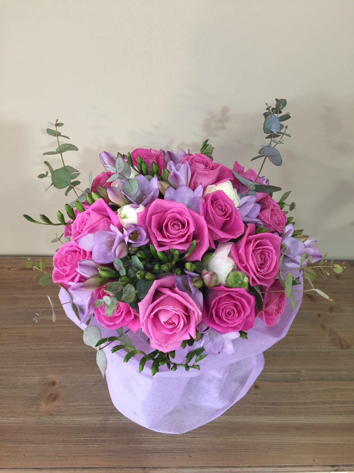 Pin De Les Flors De Nuria En Ramos Fresias Rosas Y Arreglos De