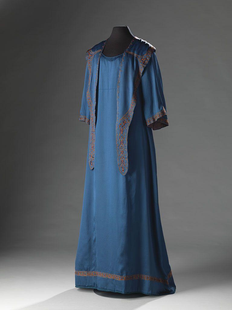 Rond 1900 kwam de Reformbeweging in opmars: jurken zonder taille en korsetten zouden het modebeeld moeten worden. Toch werden deze 'hobbezakken' al snel belachelijk gemaakt.