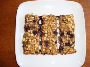 easy alternative to pre-packaged, sugar-filled granola bars: chewy blueberry banana oat bars