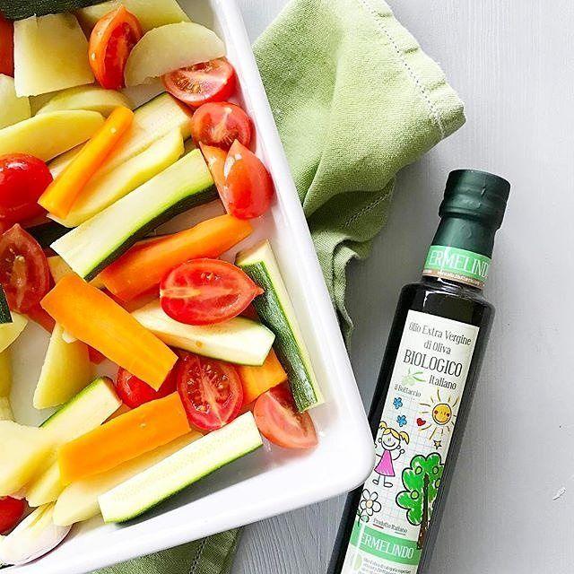 @streghettaincucina  Adoro le teglie di verdure e in primavera le faccio spessissimo. Faccio lessare qualche minuto solo carote e patate e le metto in teglia con zucchine, pomodori e scalogno. Ho condito tutto con l'olio biologico Ermelindo, dal gusto perfetto per i palato dei bambini di @il_bottaccio. Giuditta dice che ha fame, vado ad infornare ❤. #streghettaincucina #olio #verdure #maremma #madeinitaly #ilbottaccio