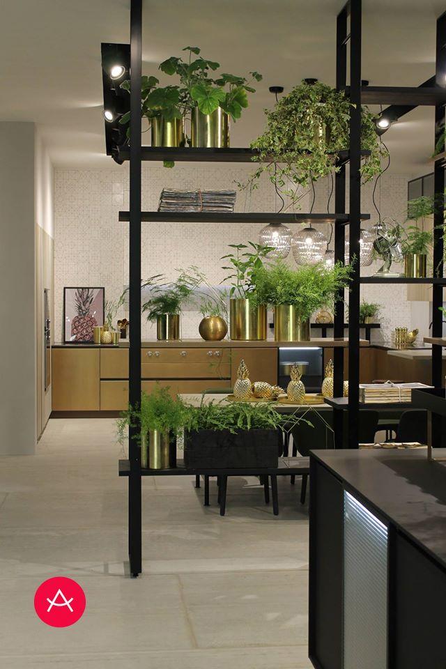 Incorporar un separador de ambiente entre cocina y office se hace necesario  si además podemos incorporar plantas naturales. d1eac18e378e