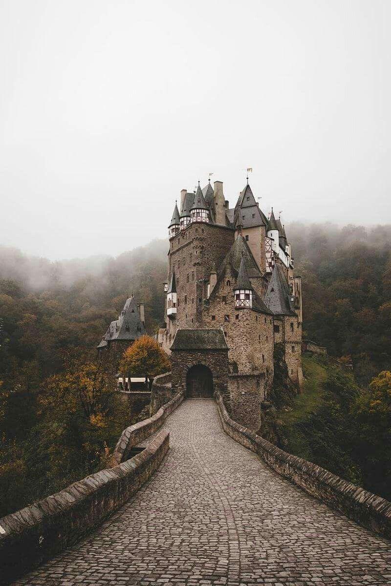 Die Burg Eltz Ist Eine Hohenburg Aus Dem 12 Jahrhundert Sie Liegt Im Tal Der Elz Die Das Maifeld Von Der Eifel Trennt Sudlich Der Orts Verreisen Burg Pfalz