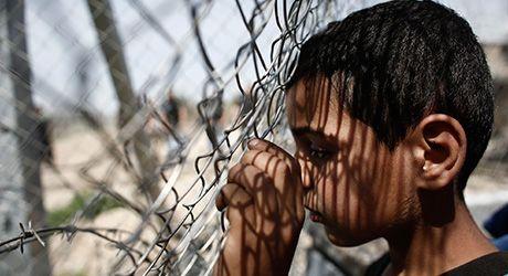 Un niño participa en una protesta realizada en abril pasado en el campamento de refugiados de Idomeni (Grecia), en la frontera que separa a Grecia de la ex República Yugoslava de Macedonia. Créditos: © EPA/KOSTAS TSIRONIS