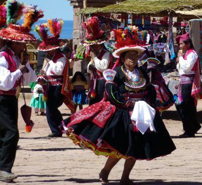Une danseuse à la Fête de San Santiago - île de Taquile - juillet 2012 - Points de passage  #taquile #pérou #pointsdepassage
