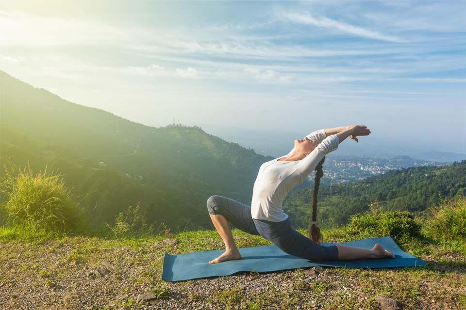 Con elementos de apoyo, combinado con ejercicios de acrobacia, suspendida en el aire o con el juego como facilitador. En el Día Internacional del Yoga, te mostramos algunas variedades de esta disciplina milenaria que sana cuerpo, mente y alma.