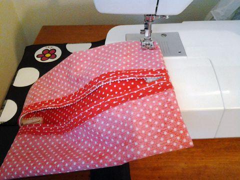Aprenda a fazer um lindo presente para o Dia das Mães: porta-lenços de papel com tecido e passamanarias