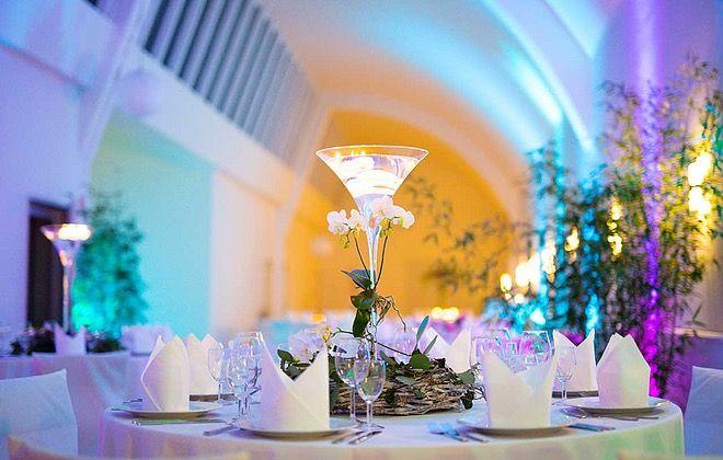 Farbenspiel im Loft – so wird aus einer schicken Location ein tolles Setting für außergewöhnliche Events!  #Lights #Eventlocation #WeddingVenue #Hochzeitslocation #Kassel #Lichter #Beleuchtung #Lichttechnik