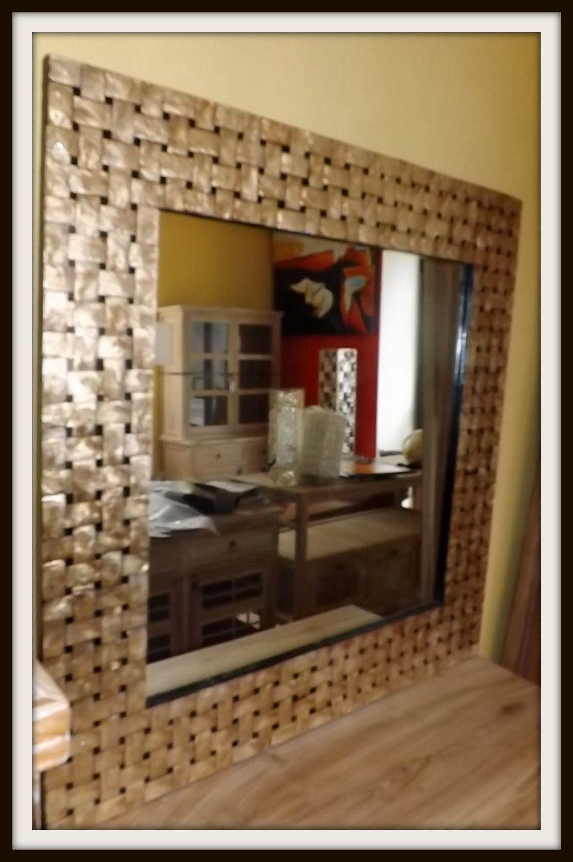Specchio in madreperla in stile anni 70 curatissimo nella lavorazione rigorosamente realizzato - La mano sullo specchio ...