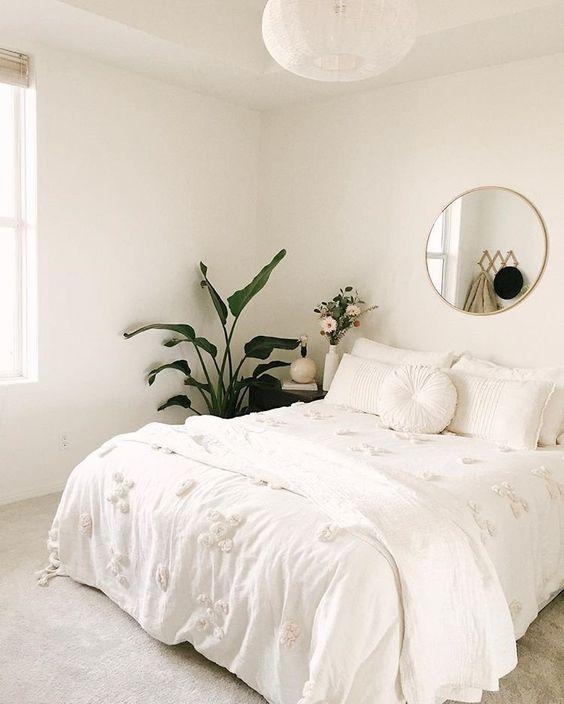 minimalistisches Schlafzimmer; alles weiß mit Pflanzen und Goldakzenten #bedroomdesignminimalist