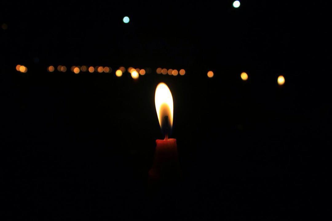 biarkan lilin menyala hingga habis untuk mengeluarkan cahaya