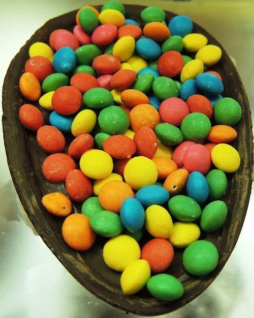 meio ovo de Pascoa com confeti colorido