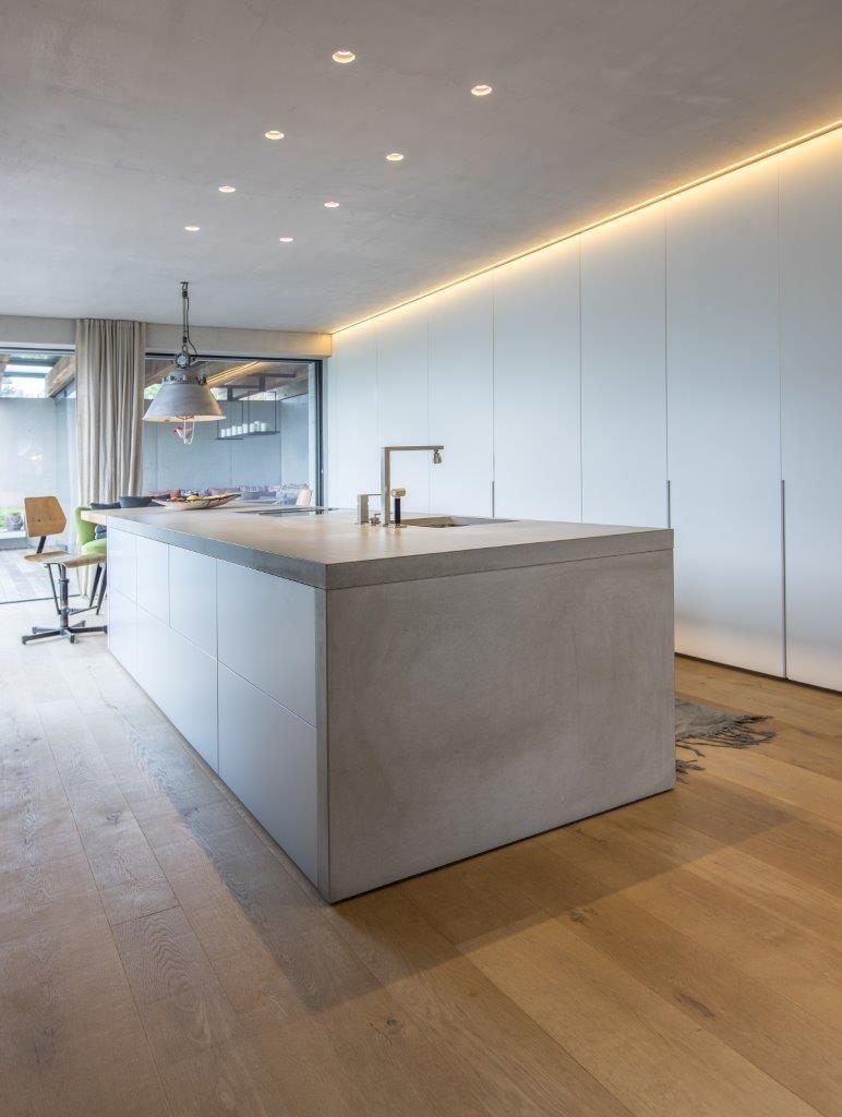 Betonkuche Mit Dade Design Arbeitsplatte Und Bulthaup B3 Kochinsel Hochschranke Www Wetscher Com De Concrete Kitchen Modern Kitchen Kitchen Inspiration Modern