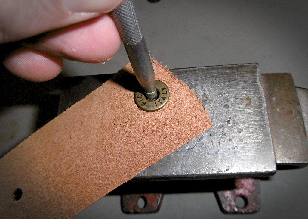 comment poser un bouton pression pour le cuir techniques pour le travail du cuir et de la. Black Bedroom Furniture Sets. Home Design Ideas