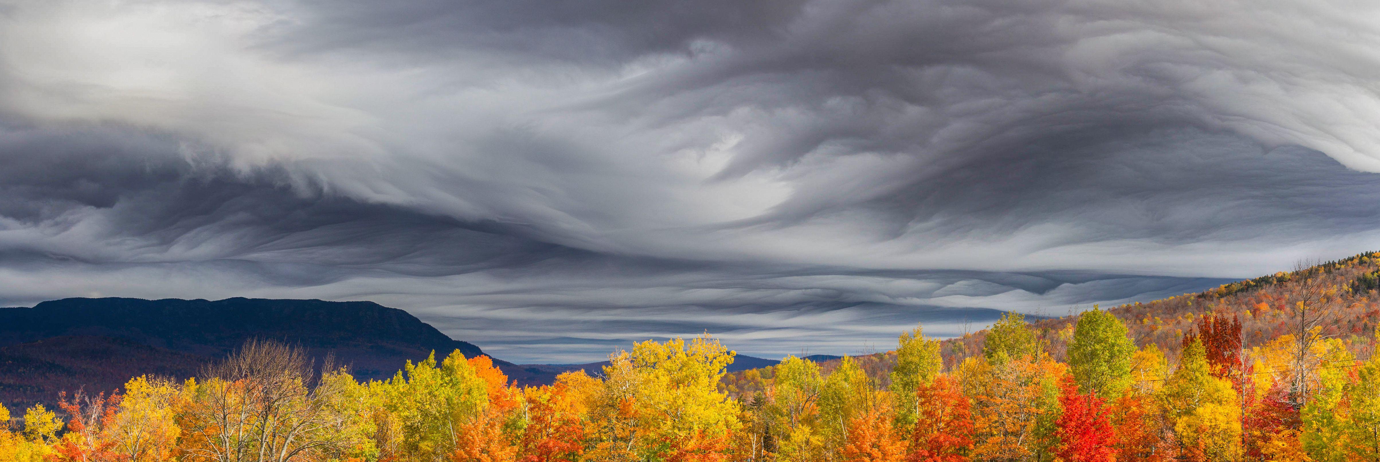 Undulatus asperatus clouds over near-peak foliage in Carrabassett Valley Maine [OC][4815x1614]