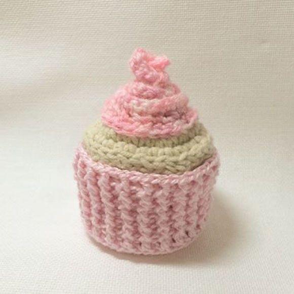 Cupcake feito em crochê. Cores diversas.