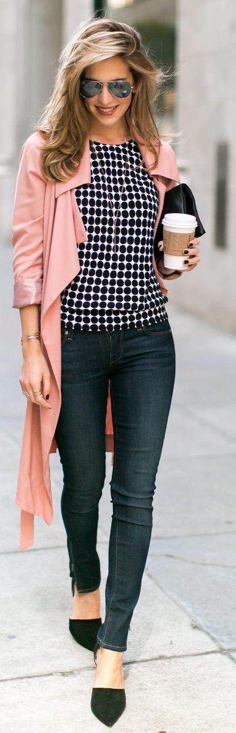 Donkere jeans met gestipte top + een zachtroze vest.