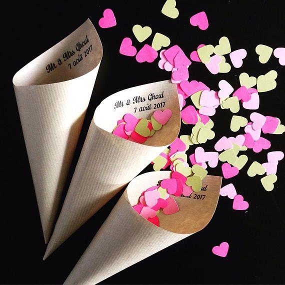 Pour que les invités puissent jeter des confettis ou pétales de fleurs à votre mariage, voici des cornets en papier kraft personnalisés au noms des mariés ou tout autre texte de votre choix. Cornets vendus sans les confettis. Prêts à lemploi, les cornets sont envoyés en colissimo dans