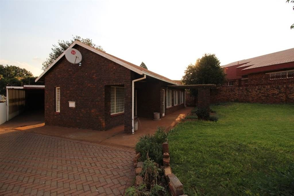Explore this property 3 Bed House in Laudium Maine house
