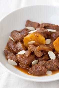 Come preparare in modo facile e veloce uno spezzatino tradizionale della cucina ebraica tripolina, la mrosia con la frutta secca