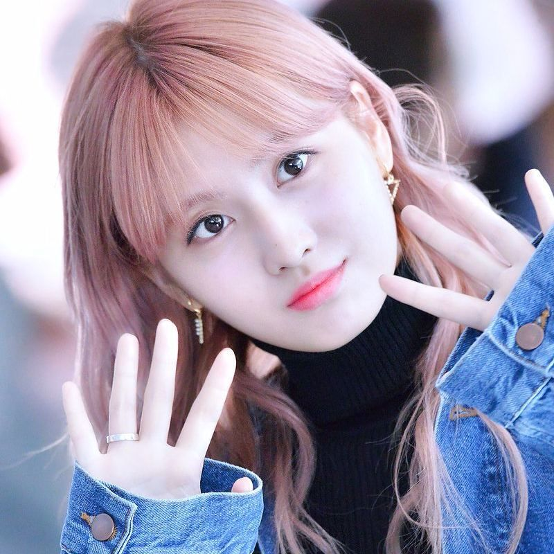 Her Fingers Sooo Cute And Small Kpop Twice Seventeen Blackpink Pristin Jihyo Nayeon Jungyeon Momo Sana Mina Dahyun Tzuyu Nay Momo Hirai Momo Kpop Girl Groups