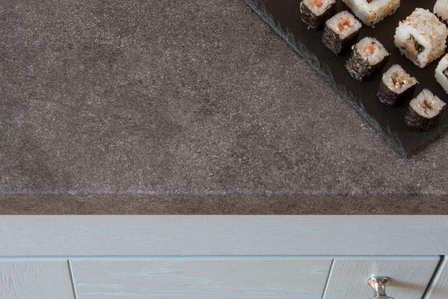 Diese Arbeitsplatte Verbindet Ein Graues Steindekor Mit Den Vorzugen Beschichteter Arbeitsplatten Steinopt Arbeitsplatte Steinoptik Arbeitsplatten Verbinden