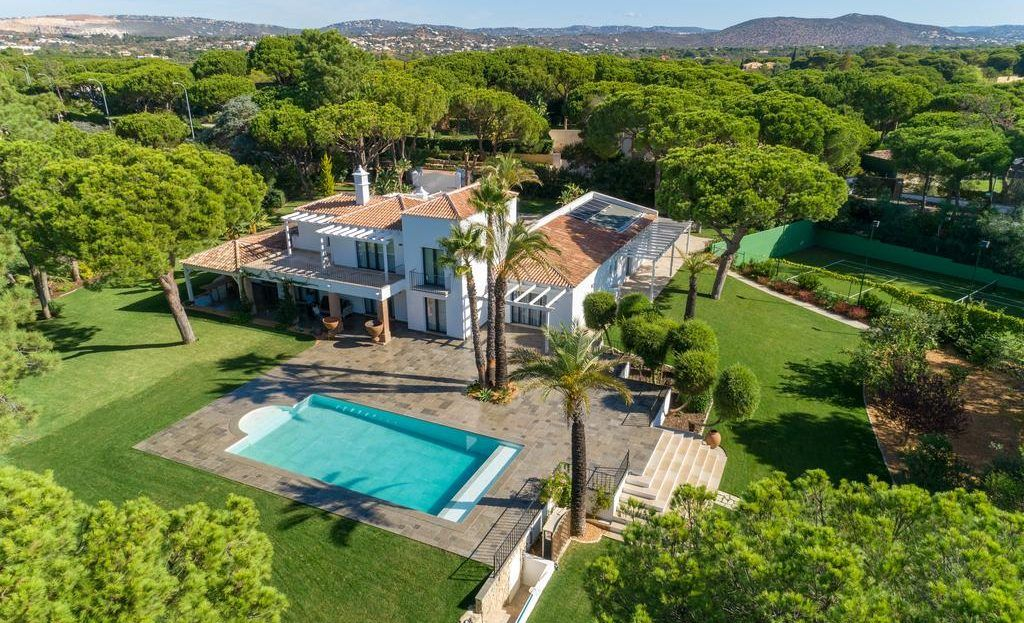 This beautiful property of 530 sqm, with an amazing garden and views over 4 fairways of the #Vilamoura #Golf club is #Forsale ! #Algarve #Portugal by @vaprealestateagency  #luxuryproperty #houseforsale #propertyforsale #maisonàvendre #golfinalgarve #green #pool #tennis #luxuryhomes #milliondollarlisting #maisonauportugal