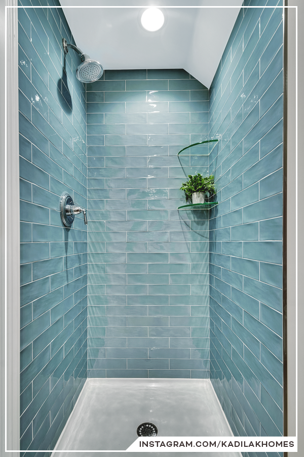 The Textured Surface And Calming Blue Color Bring A Relaxing Vibe To This Classic Subway Tile Shower Idee Salle De Bain Douches Subway Tile Idees Salle De Bain