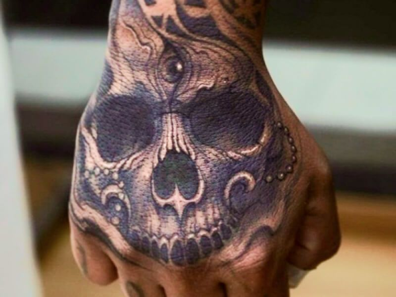 Sonar Con Tatuajes De Calaveras Hand Tattoos For Guys Skull Hand Tattoo Hand Tattoos