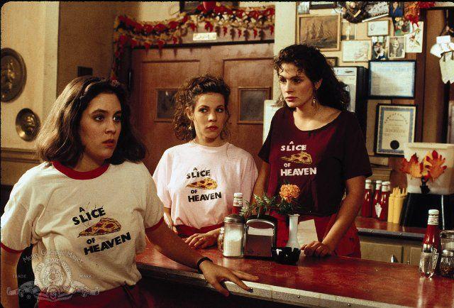 Julia Roberts, Lili Taylor, and Annabeth Gish in Mystic pizza (1988)