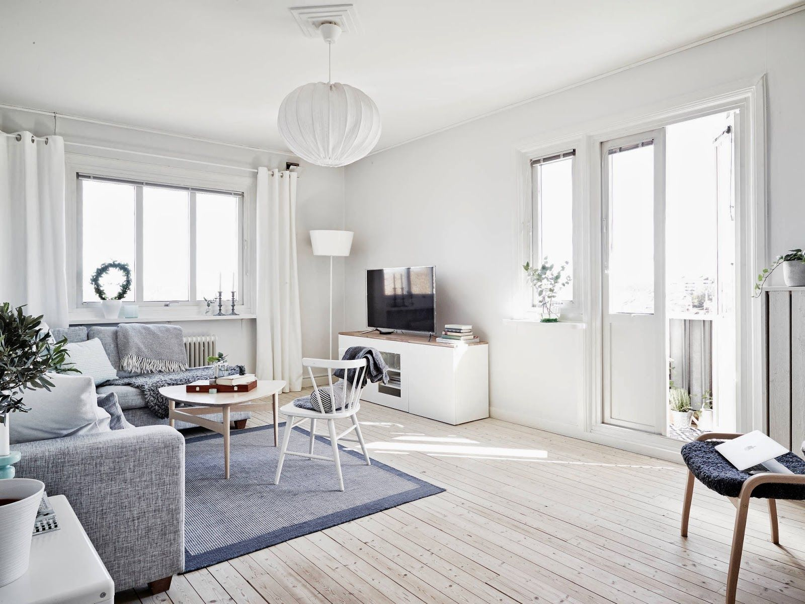 My Scandinavian Home A Light And Airy White And Grey Swedish Apartment Inredning Vardagsrum Inspiration