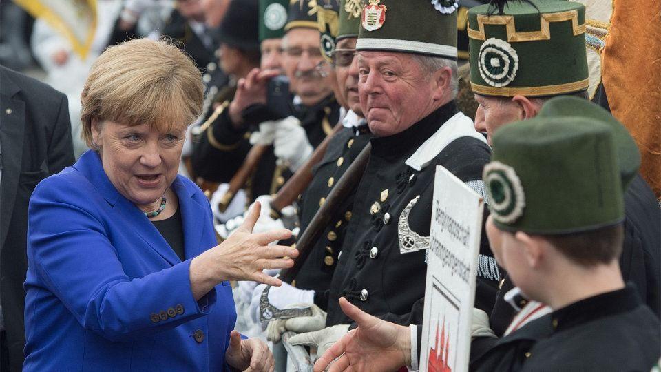 "Anti-Migrant Demonstraten grüßen Merkel mit ""get out"""