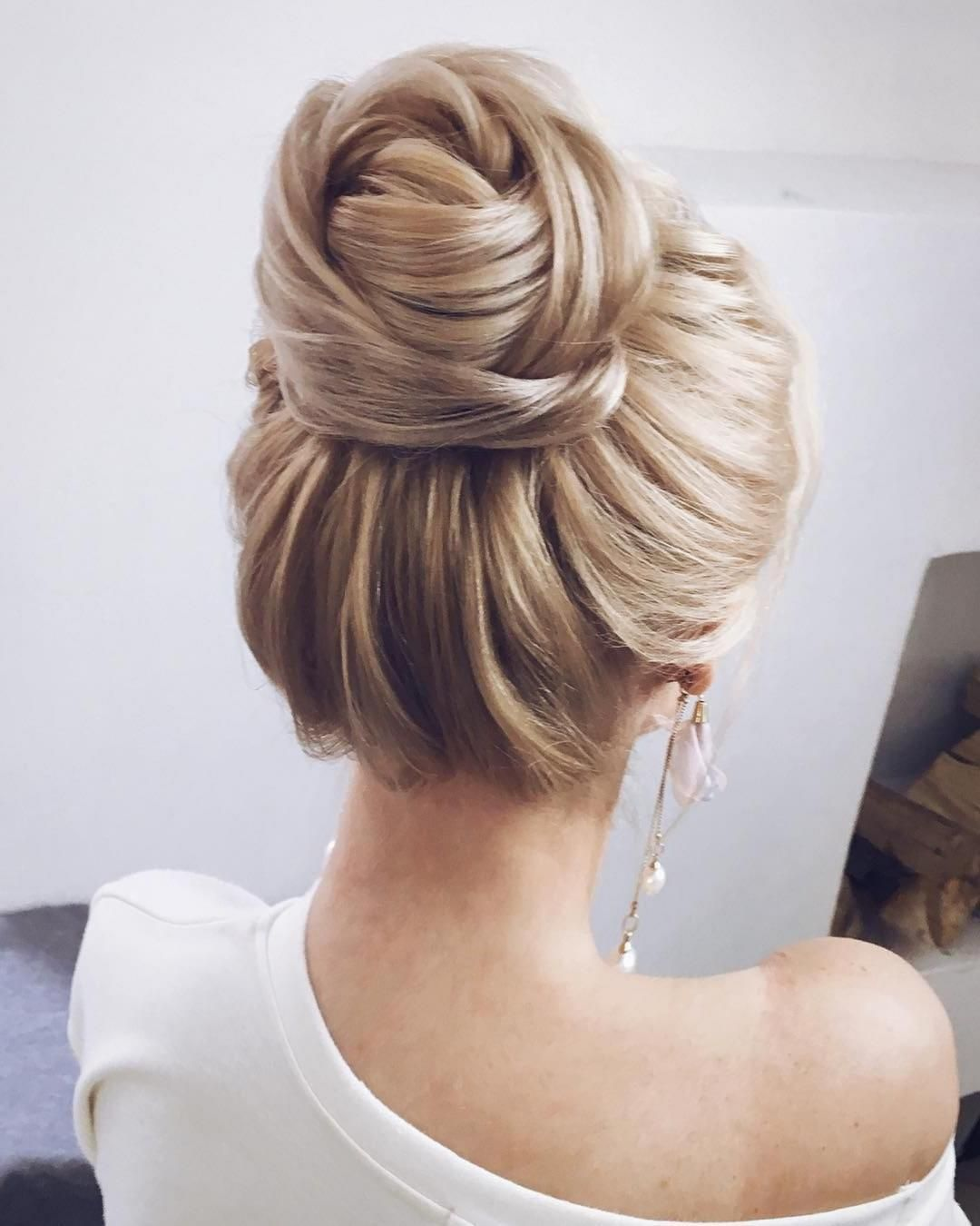 The Best And Fabulous Hairstyles For Every Wedding Dress Neckline Whether You Re A Summer Winter Bride Or A De Hair Styles Hairstyle Wedding Hair Inspiration