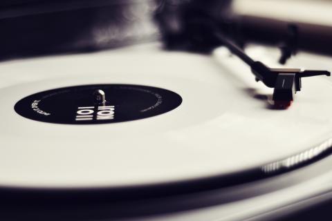 비닐 레코드 플레이어 흑백- 이미지 2560x1440