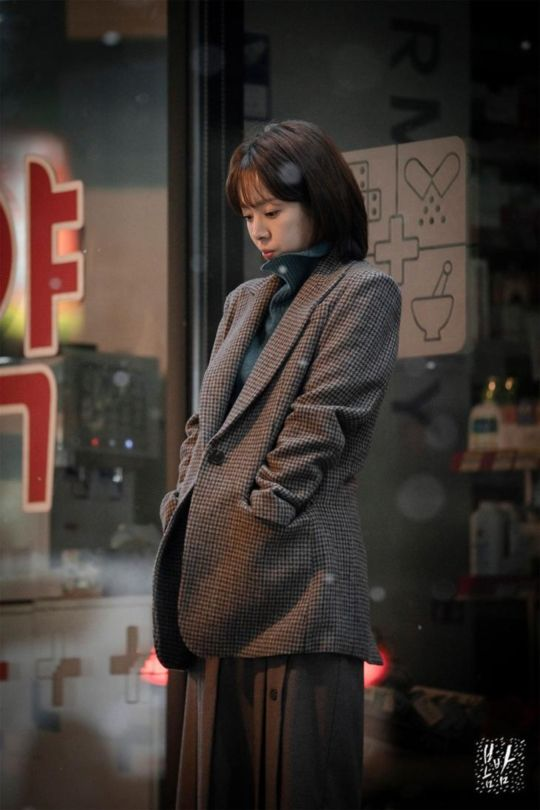 A walk among falling flowers in MBC romance melo One Spring Night
