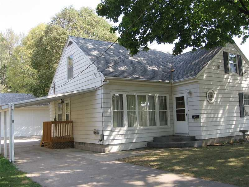 If You Re Looking For Sq Footage A Great Yard Huge Garage And