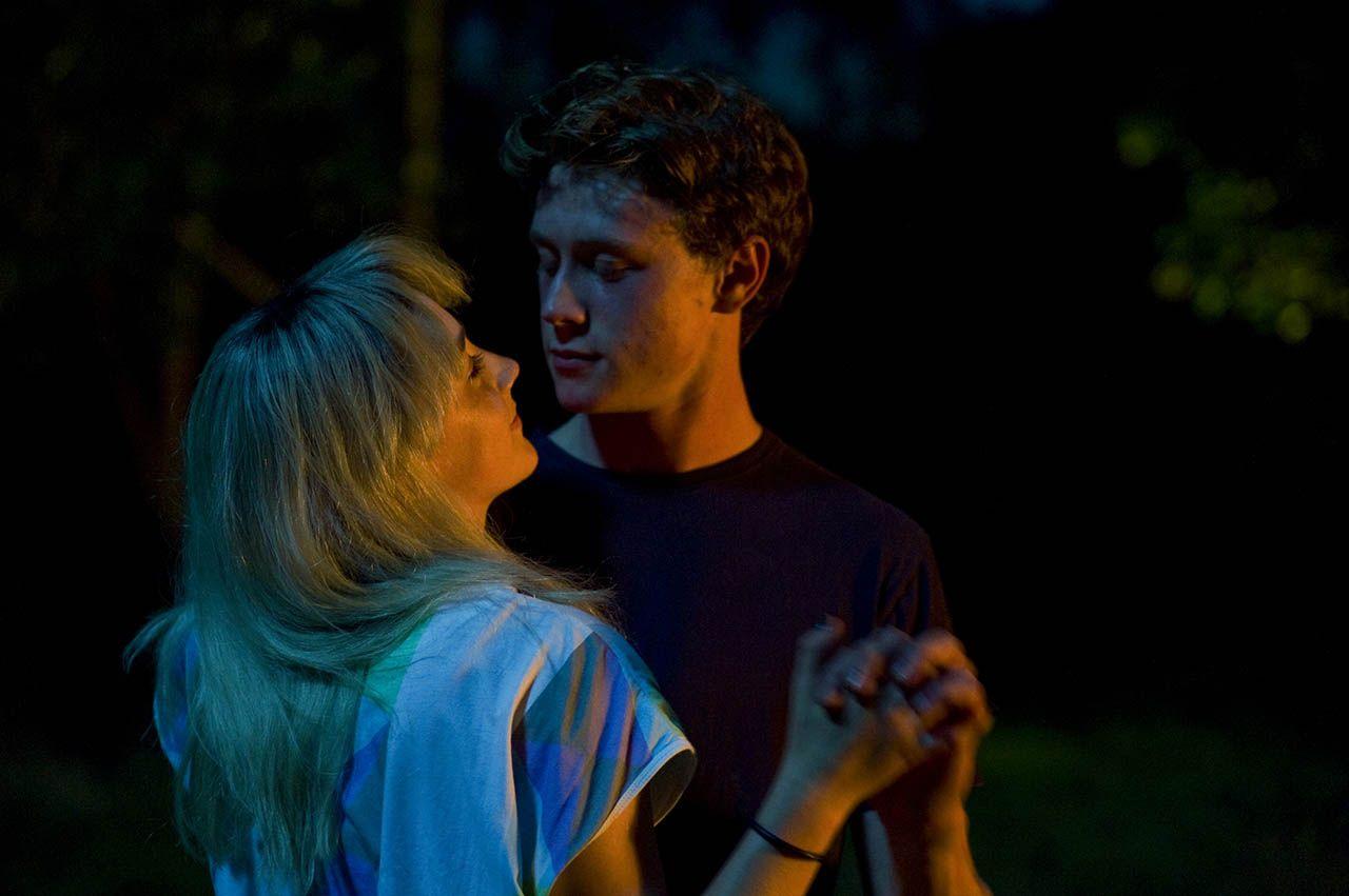 Foto Saoirse Ronan Y George Mackay En Mi Vida Ahora George Mackay Cine Romantico Fotos De Portada