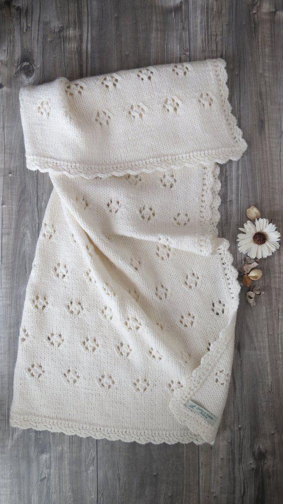 Ähnliche Artikel wie Milch weiß Abdeckung gestrickt-Wolle und Alpaka handgefertigt für ein Luxus-Garn-Geschenk-Idee für Geburt auf Etsy #babyblanket