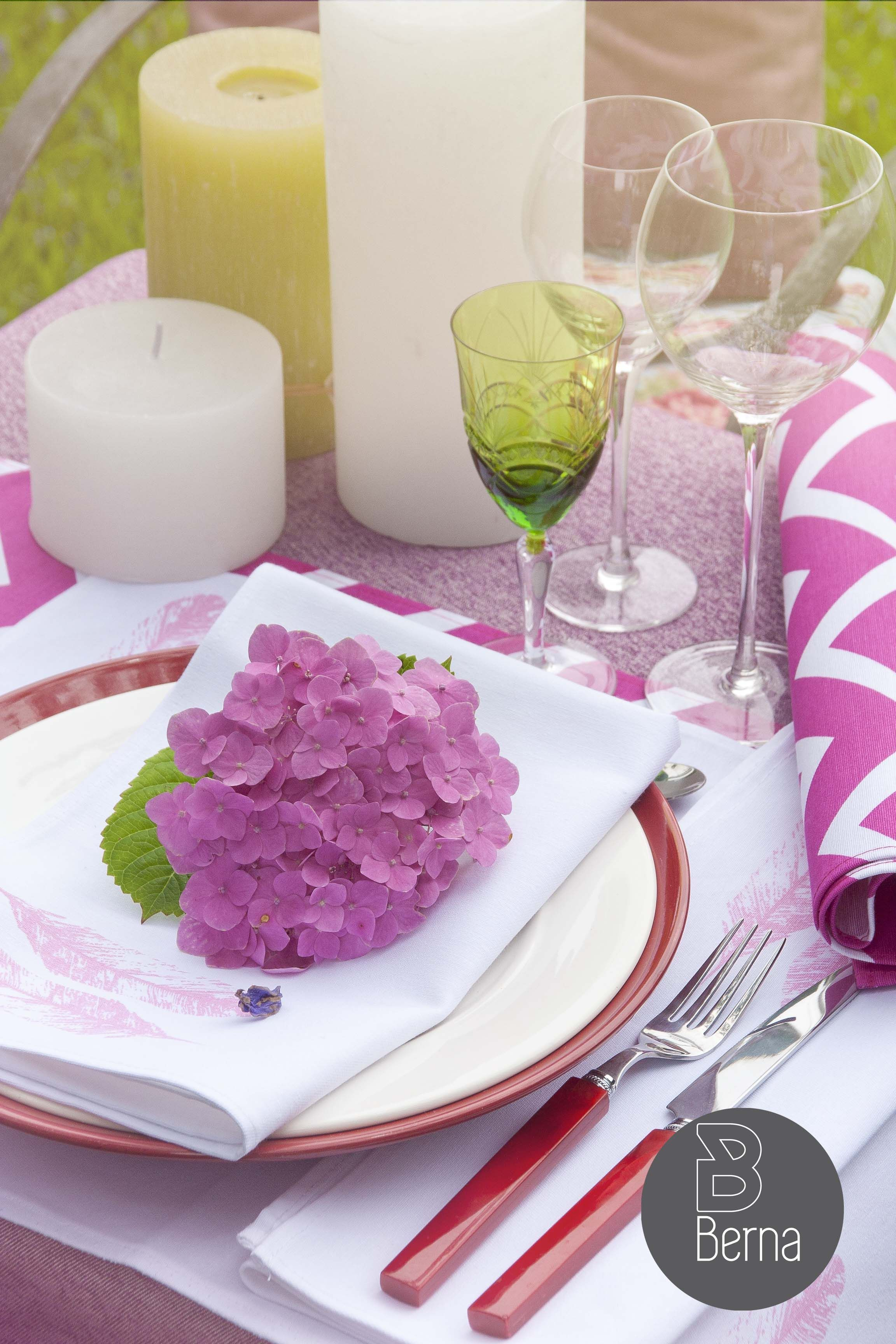 mesa en tonos rosa y fucsia