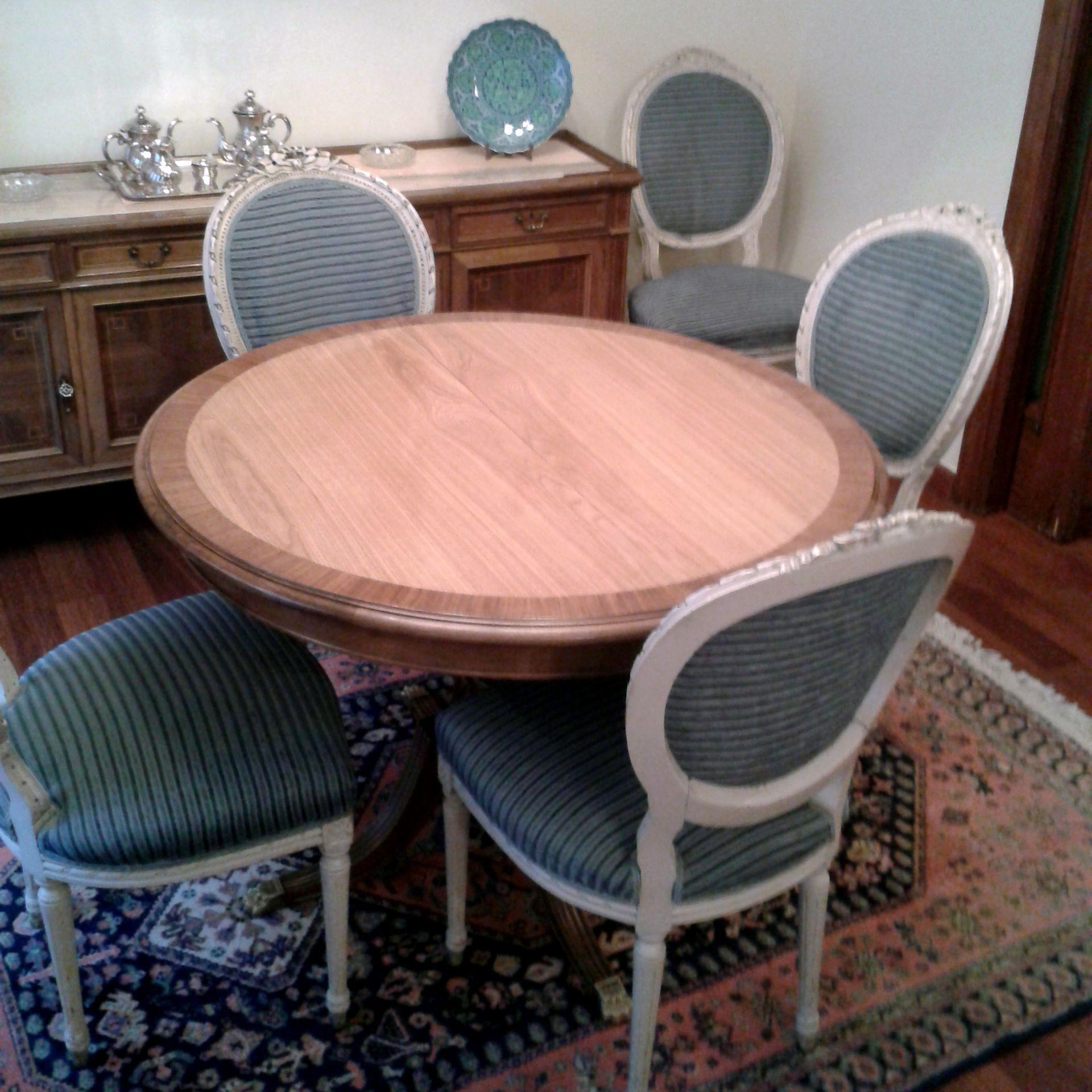 Mesa de comedor extensible. Nuevo chapado de madera de roble y barnizado brillo. Encolado de piezas sueltas.