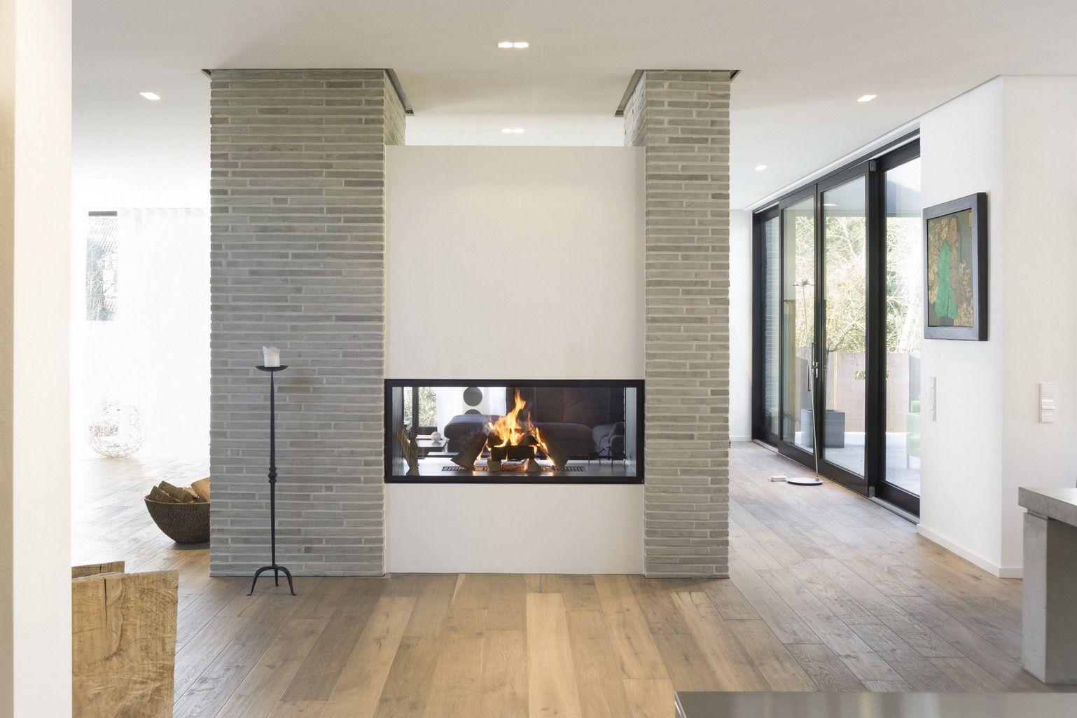 der offene kamin ist als tunnelfeuerung konzipiert die eine seite ist mit einer. Black Bedroom Furniture Sets. Home Design Ideas
