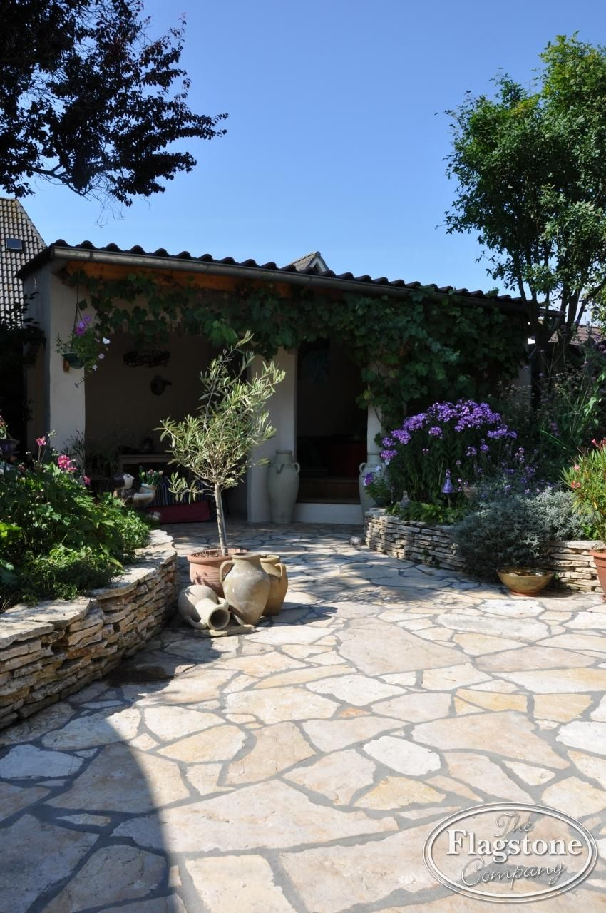 Spaanse Tegels Tuin.Flagstones Yellow Saliq Zorgen Voor Een Mediterrane Uitstraling