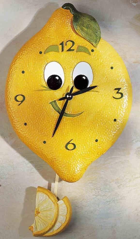 Zitronen-Uhr - Diese Zitrone ist nicht sauer! Süß lächelnd schwingt sie ihr Pendel hin und her. Mit ihrer Frische genau die richtige Uhr für Ihre Küche! Handbemalter Kunststein mit Präzisionsuhrwerk, Pendel und Batterien.