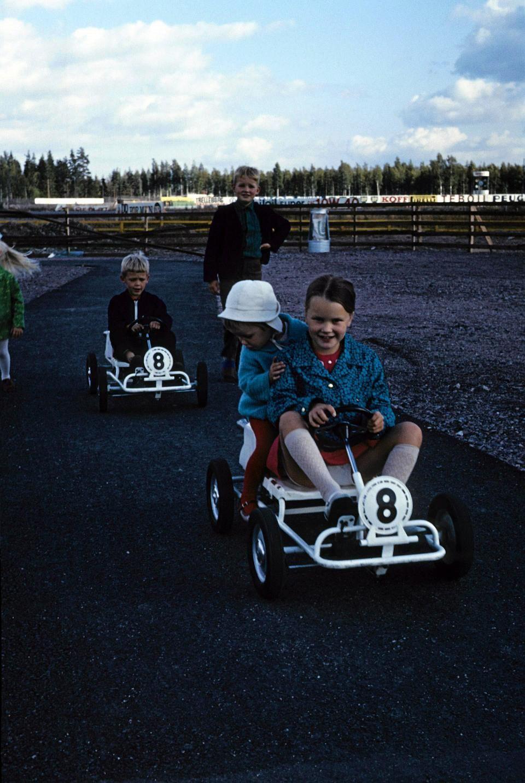 60-luvun lopulla lapset saivat ajaa sähköautoillaan Keimolan viereen rakennetulla pienellä radalla. Kuvassa edestä taakse lueteltuna Eevastiina Lehtonen, Mervi Koivula, Vesa Koivula ja Juha Lehtonen.