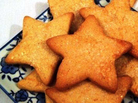 Biscoitinhos de canela, ideal para comer a qualquer hora!   Ingredientes – 2 xícaras (chá) de farinha de trigo – 1 xícara (chá) de margarina sem sal gelada – 2 gemas – 1 pitada …