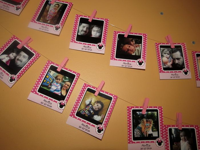 Fotos personalizadas colgadas en tender con ganchos de madera de color.