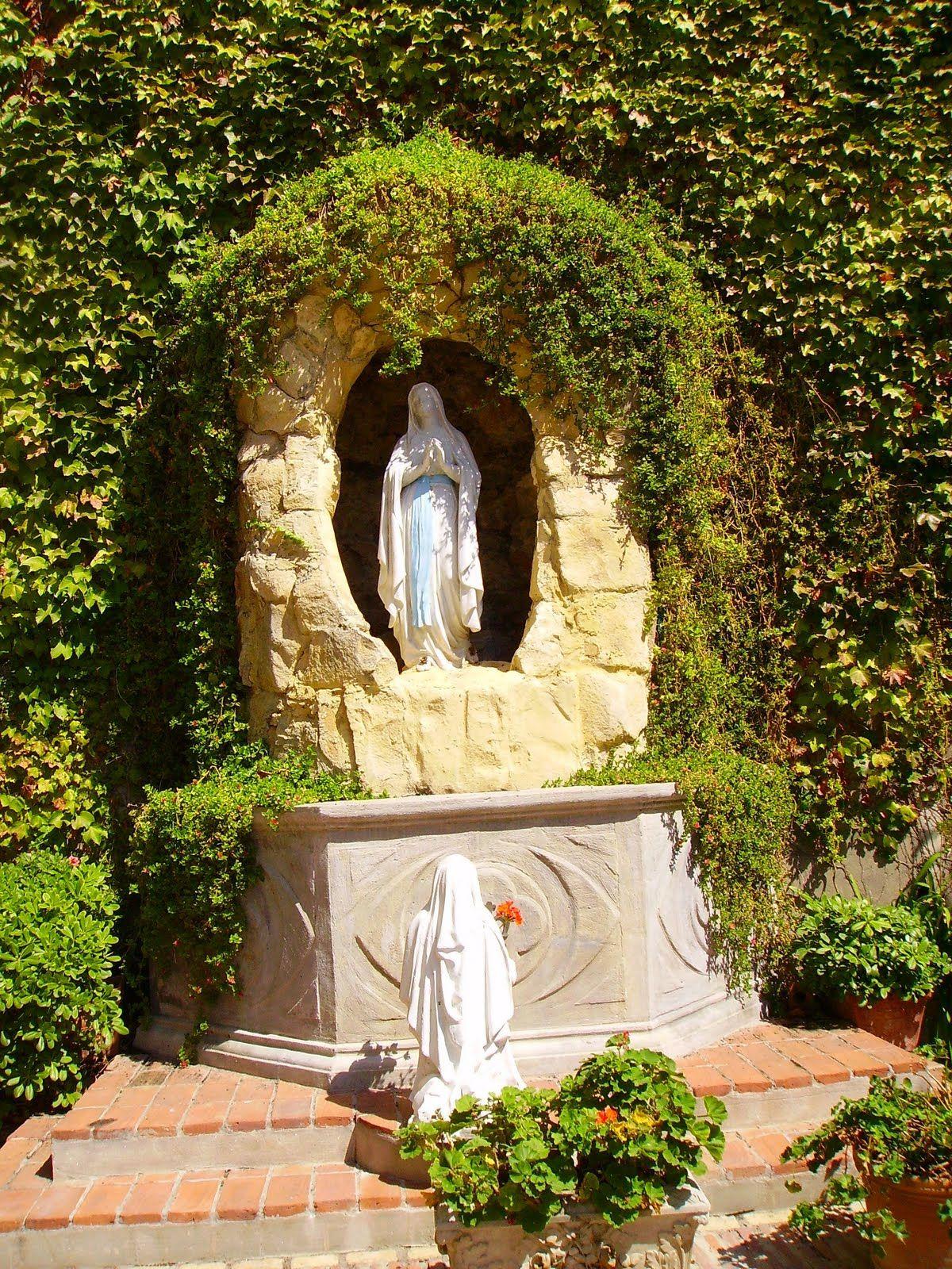 Lourdes Grotto Not In Lourdes Jardín De Oración Jardín En Mosaico Fuentes De Agua De Jardín