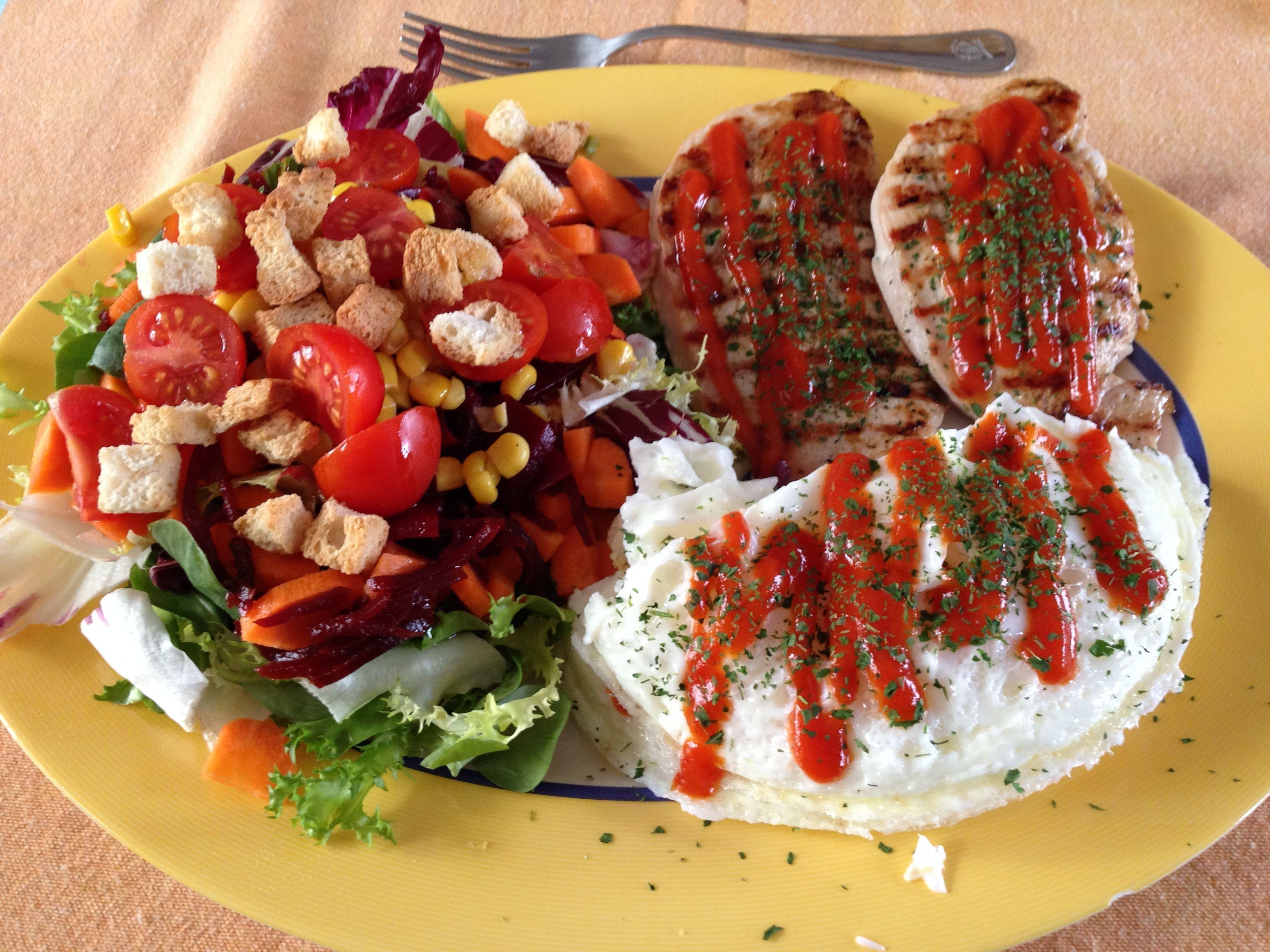 2 filetes de pechuga de pavo a la plancha con tomate. 8 Claras de huevo en microondas, con tomate. Ensalada con zanahoria, remolacha, tomate y aceite de oliva virgen extra.