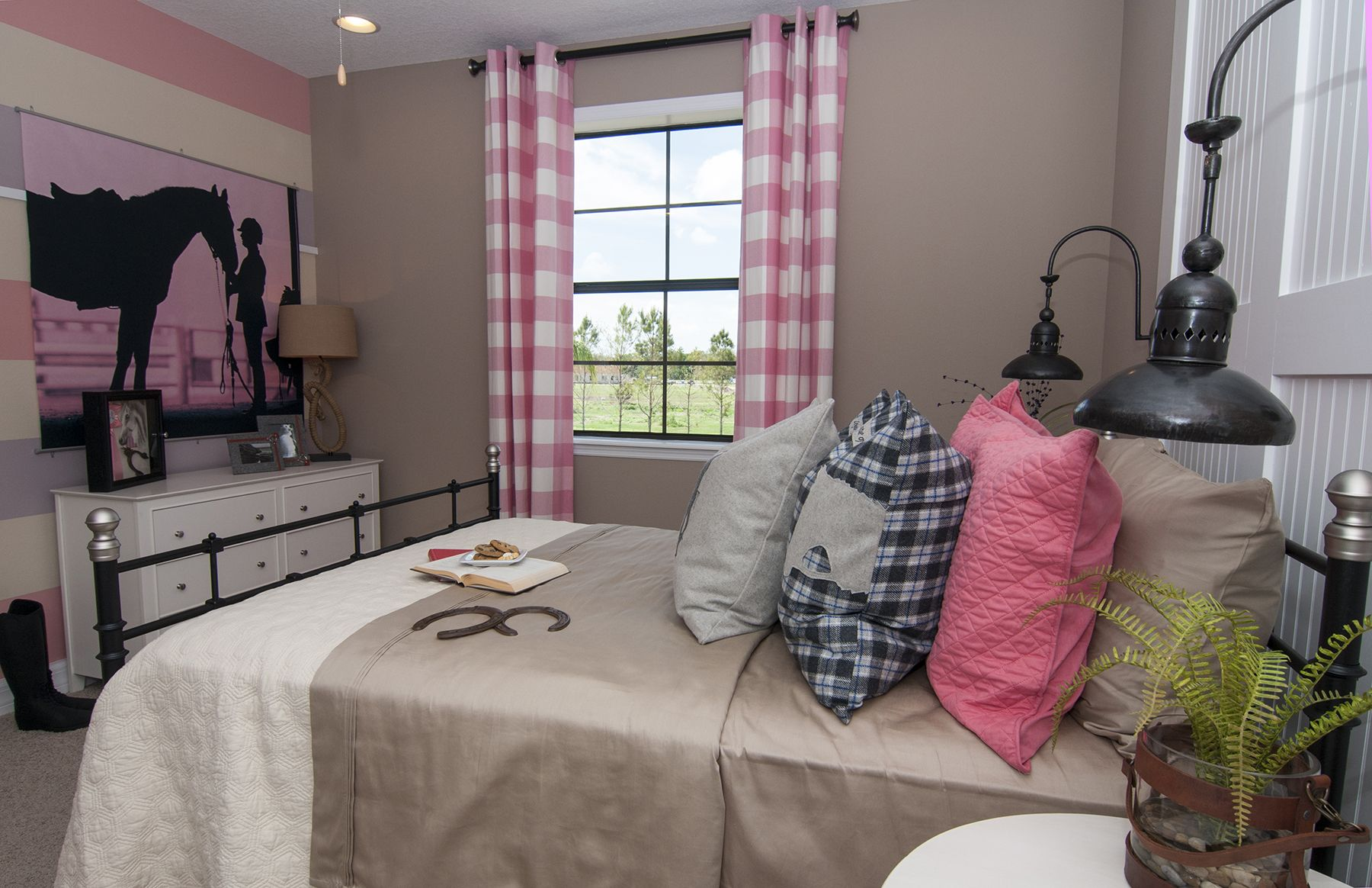 Equestrian Inspired S Bedroom With Gingham Curtains