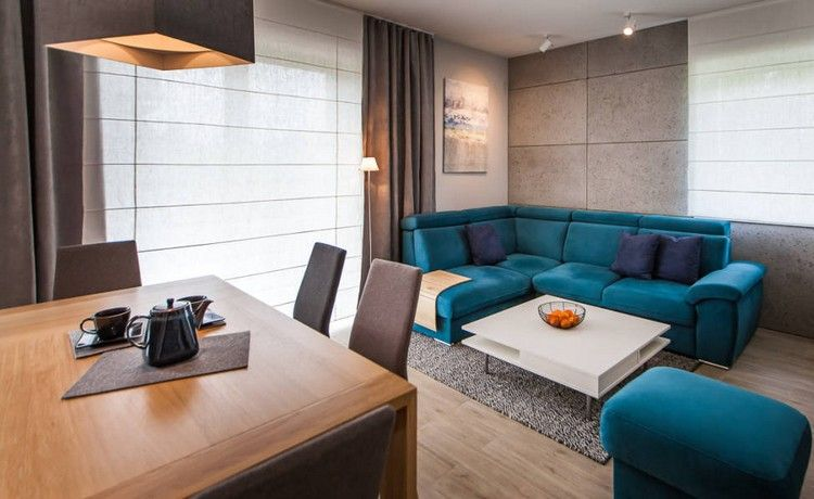 Kleines Wohn Esszimmer Einrichten Tuerkis Sofa Holz Esstisch Braune Stuehle